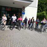 Bibliotekarze z Gminy Łubniany na rowerach przed GBP w Murowie
