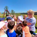 Rozdawanie kolorowanek przedszkolakom z Brynicy