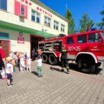 Dzieci przy wozie strażackim przed OSP w Brynicy
