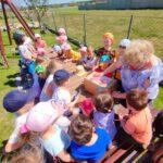 Dzieci otrzymują prezenty z biblioteki