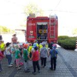 Dzieci oglądają wóz bojowy OSP Łubniany