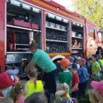 Dzieci oglądają wyposażenie wozu bojowego OSP Łubniany