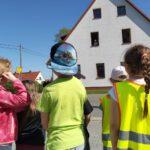 Dzieci przed Łubniańskim Ośrodkiem Kultury patrzą w okno