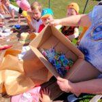 Rozpakowywanie prezentu przez przedszkolaków z Brynicy