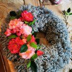 Wianek z włóczki wraz z kwiatowymi dekoracjami