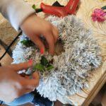 Dekorowanie wianka z włóczki