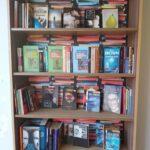 Regał wypełniony książkami