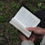 Zbliżenie na książeczkę do nabożeństwa
