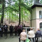 Chór Cantate Deo przy kapliczce w trakcie koncertu