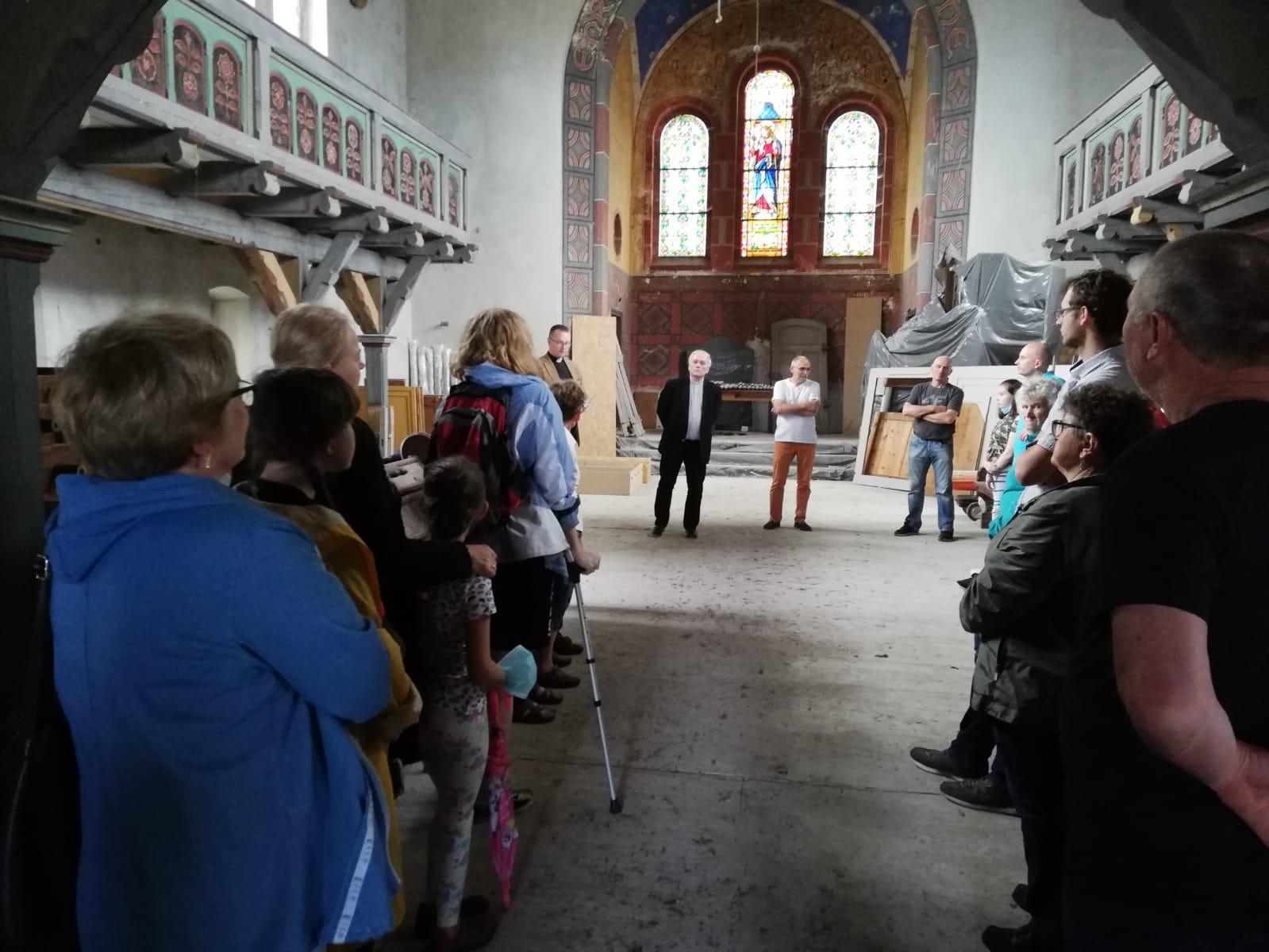 uczestncy wydarzenia w kościele