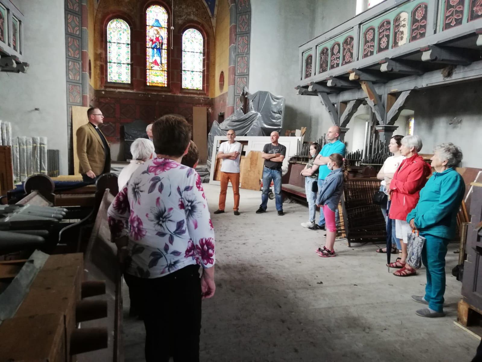 uczestnicy zwiedzania kościoła