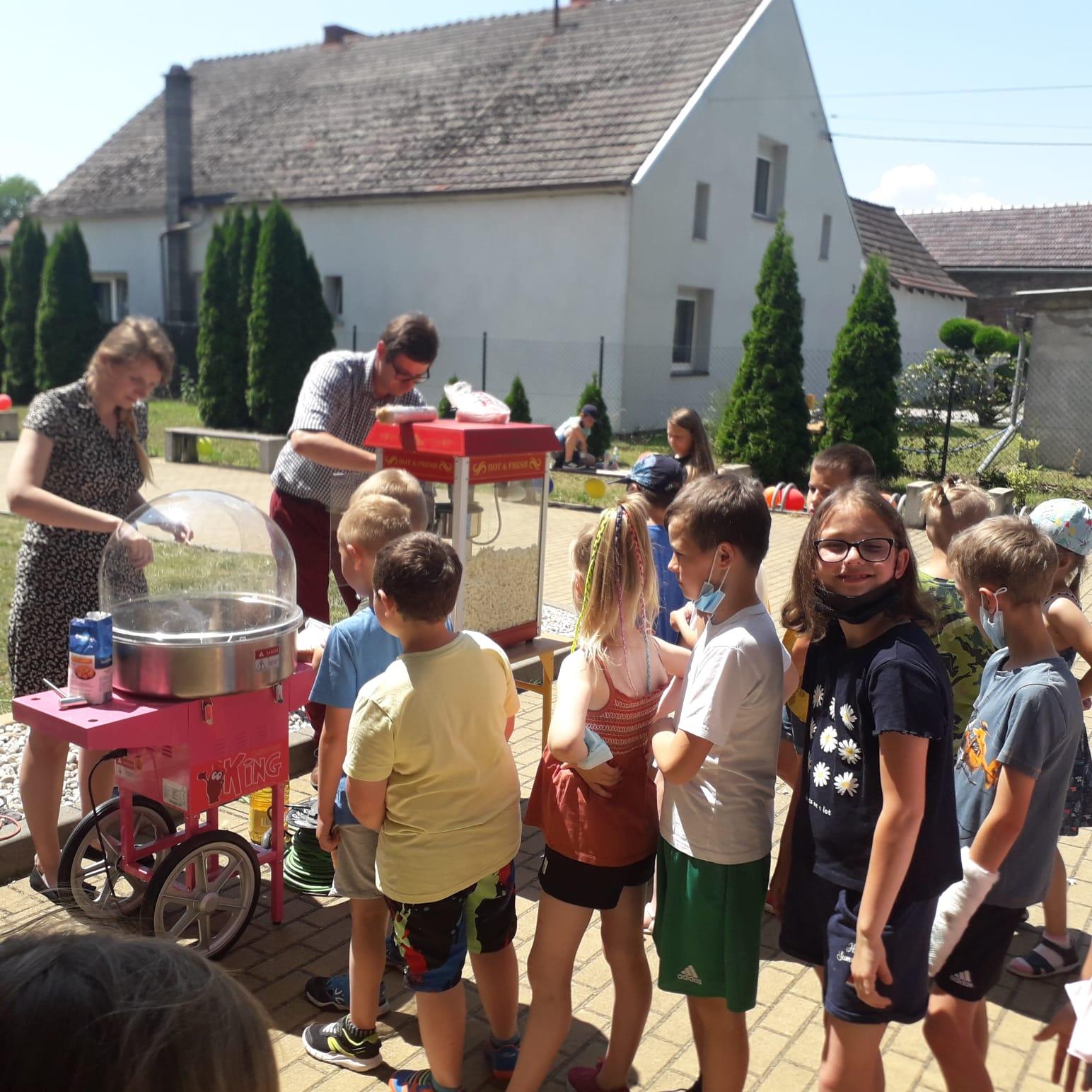 kręcenie waty oraz popcorn dla dzieci, kolejka dzieci przed smakołykami