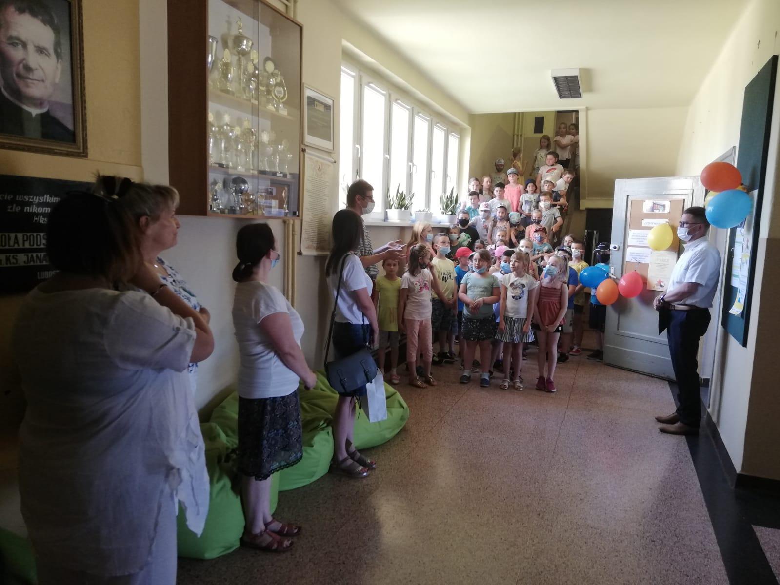 uroczyste otwarcie biblioteki, dzieci przed wejściem do biblioteki