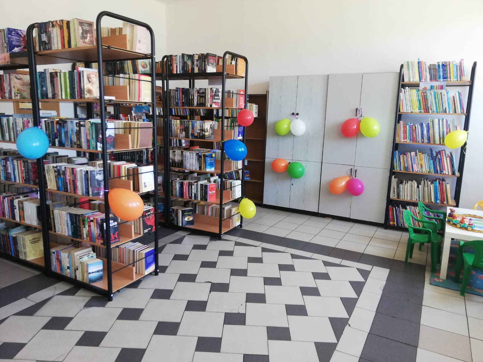 biblioteka w Luboszycach, regały z książkami