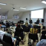 Czytelnicy siedzą w sali wokół sceny na której trwa rozmowa z Wojciechem Tochmanem